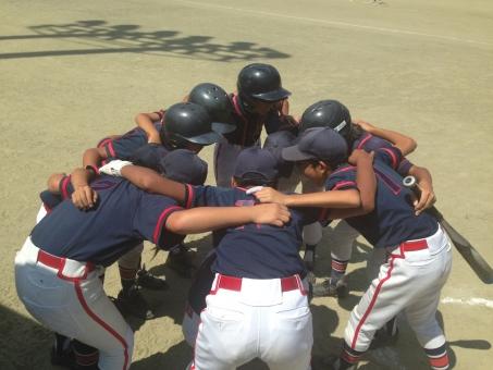 少年野球チームで指導者はいろんな子供に声をかけてあげて