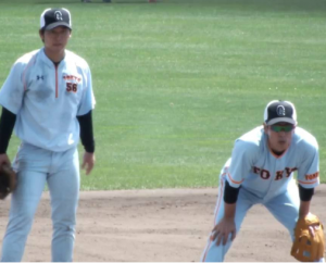 少年野球コーチが見本を見せる