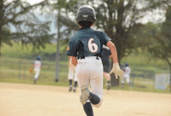 ベースランニングをする少年野球の子供