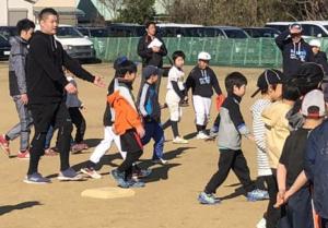子供達と触れ合う横浜DeNaの筒香選手